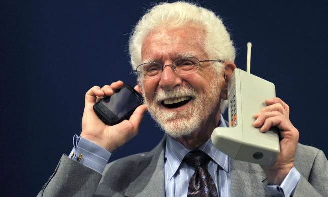 U.S. engineer Martin Cooper holds the Motorola DynaTAC phone, the world's first commercial handheld cellular phone, and his current mobile phone during a news conference in Oviedo, northern Spain, October 20, 2009. Cooper will be awarded with the 2009 Prince of Asturias Technical & Scientific Research Award at a traditional ceremony on Friday in the Asturian capital. The Prince of Asturias Awards are held annually since 1981 to reward scientific, technical, cultural, social and humanitarian work done by individuals, work teams and institutions. REUTERS/Eloy Alonso (SPAIN BUSINESS SOCIETY SCI TECH)