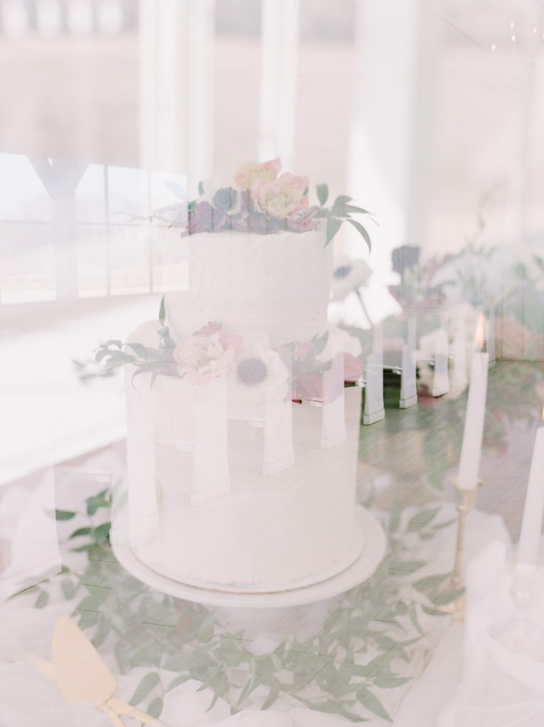 Simple cake by Bella Noel Bakery with flowers – Dallas Wedding Planner | Alexa Kay Events