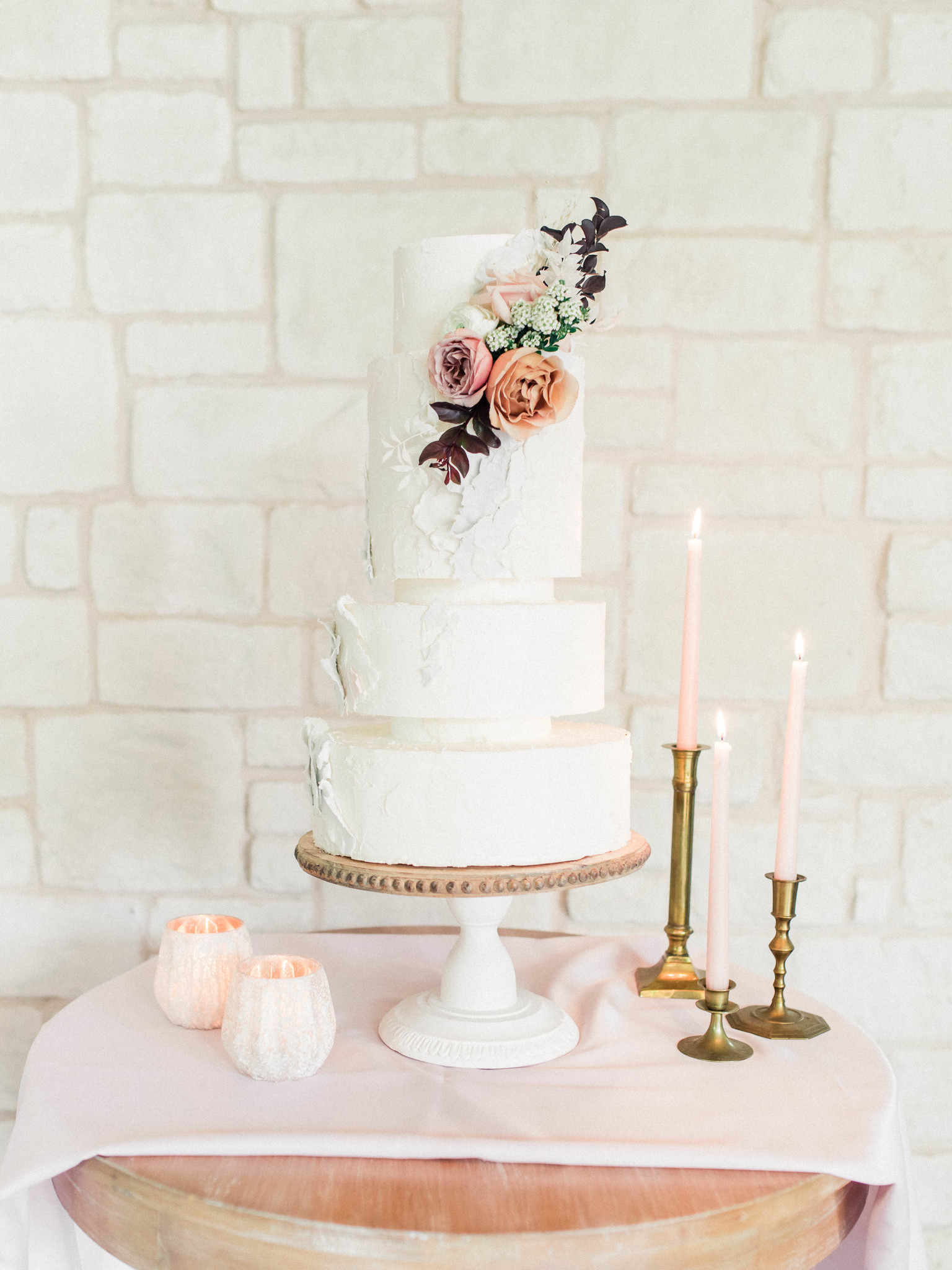 Simple wedding cake design with flowers: Whimsical mauve wedding inspiration on Alexa Kay Events. See more romantic wedding ideas at alexakayevents.com!
