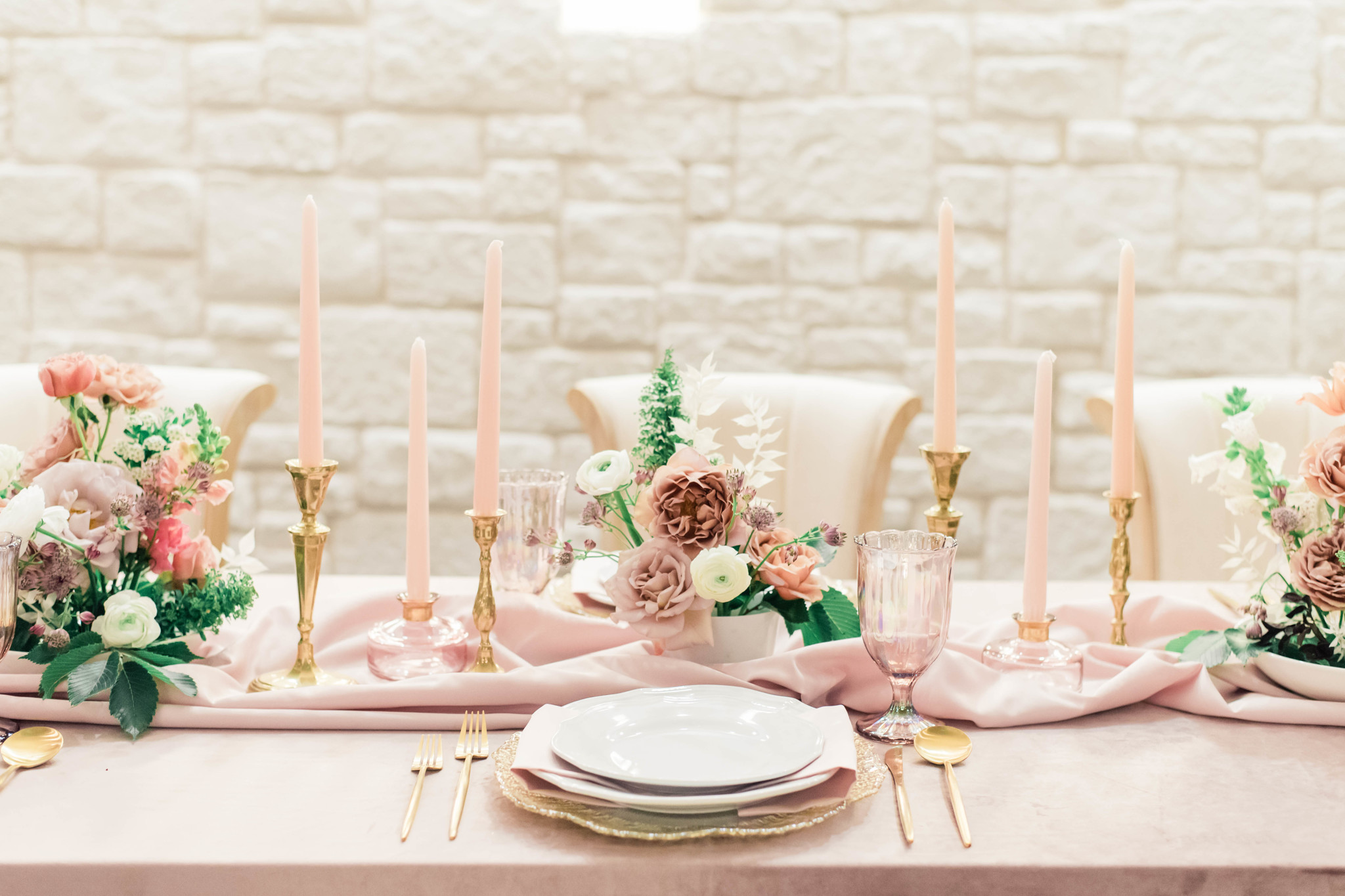 Mauve wedding tablescape: Whimsical mauve wedding inspiration on Alexa Kay Events. See more romantic wedding ideas at alexakayevents.com!