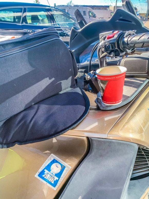 Koffein aufgefüllt, Vignette geklebt. Foto: Alexander Baumbach