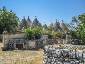 """""""Trulli"""" heißen die traditionellen Häuser mit ihren kegelförmigen Dächern. Foto: Alexander Baumbach"""