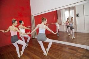 鏡を見ながら練習をするバレエダンサーたち