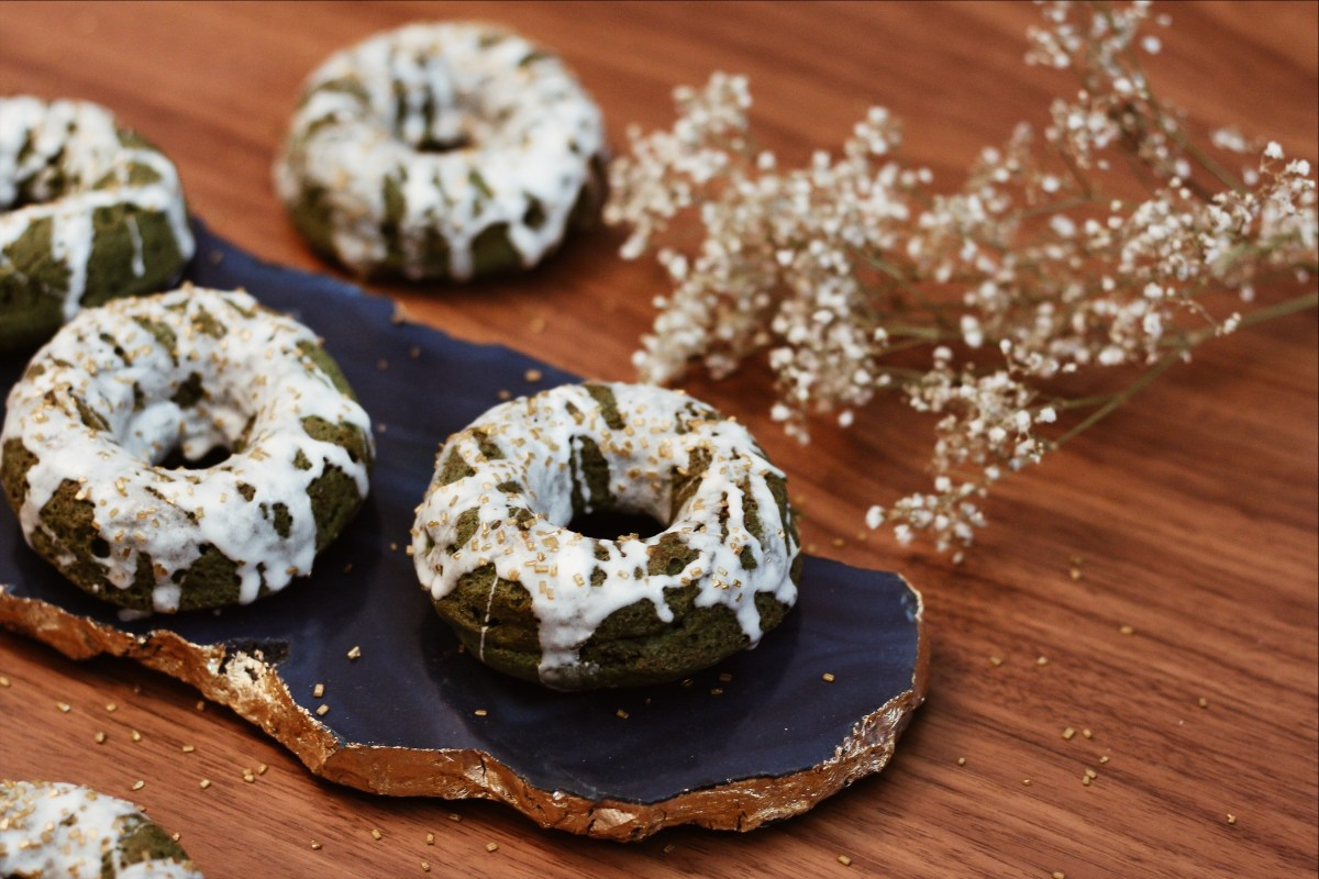 SIMPLE GLUTEN-FREE SPIRULINA CAKE DONUTS