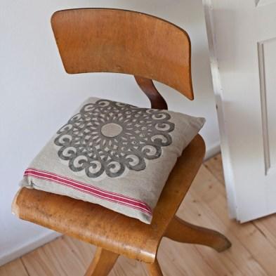 Leinenkissen Motiv Rosette, Dieses dekorative Ornament besticht durch seine Größe und Klarheit/ Flächigkeit, im Siebdruck von Hand gedruckt