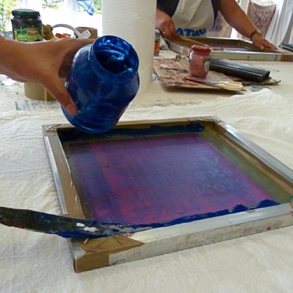 Farbe verteilen im Siebdruckkurs