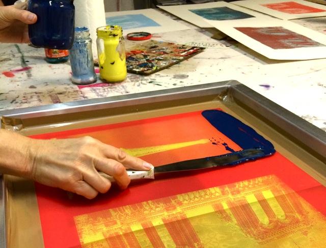 Im Siebdruckkurs: Die Farbe wird auf das Sieb gestrichen, danach wird auf Papier gedruckt