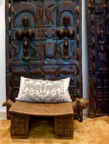 Kissen Motiv Leopardentanz, Ein spanischer Damaststoff des 17. Jahrhunderts diente als Vorlage für den symmetrischen Ausschnitt. Diesen dominieren zwei Leoparden, umrahmt von herumtollenden Hunden, Schweinen und Hasen. Über ein schlankes, florales Element in der Mitte wird das Motiv gespiegelt, im Siebdruck von Hand gedruckt