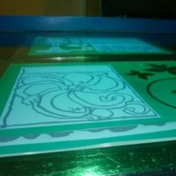 Im Siebdruck Workshop, die Siebe werden mit den Motiven belichtet