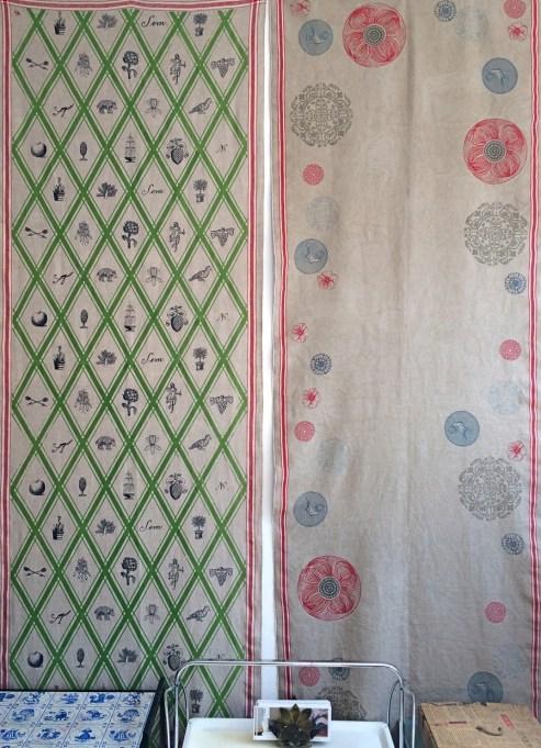 zwei Wandbehänge, verschiedene Motive, im Siebdruck von Hand gedruckt