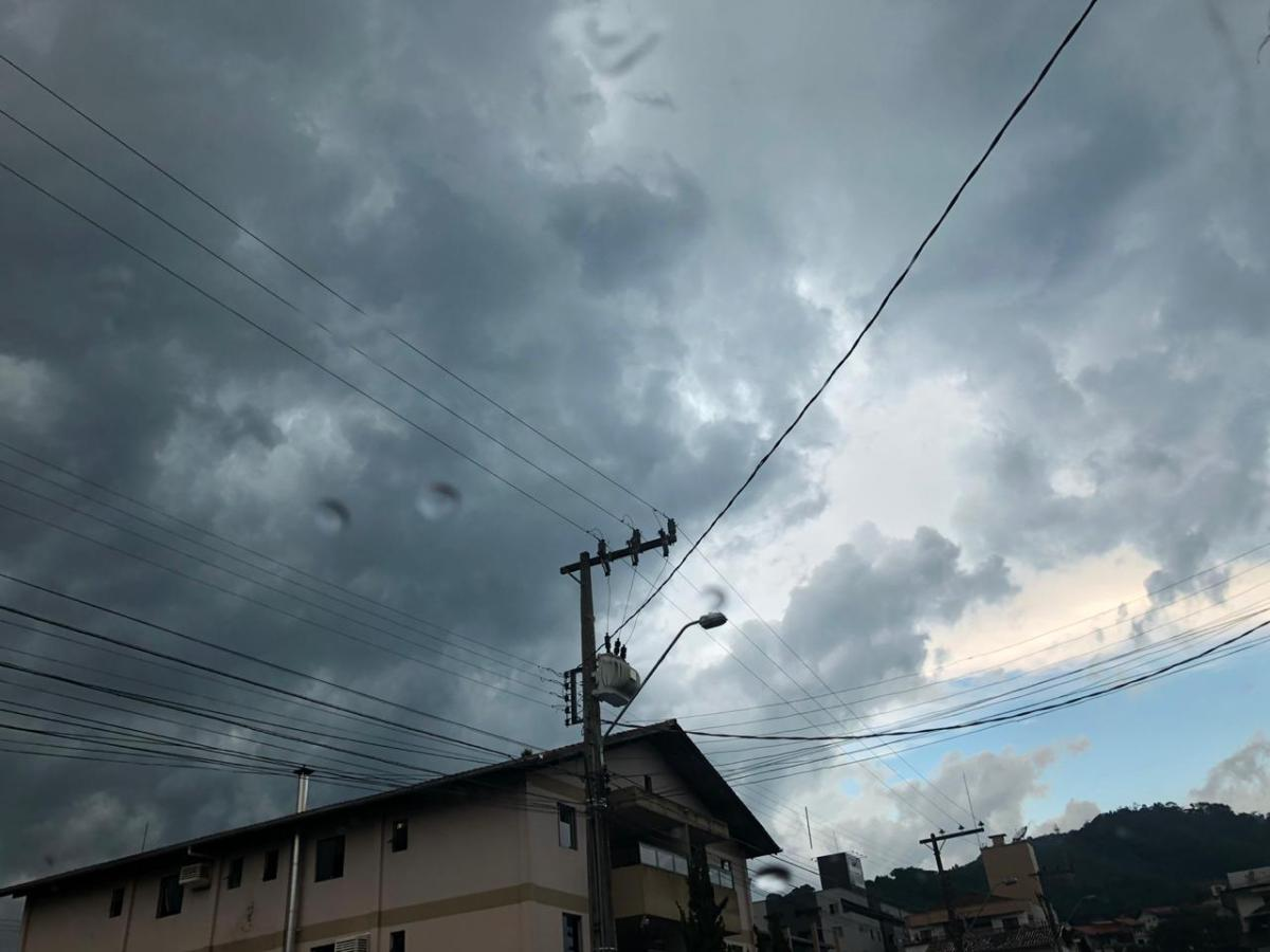 12 mil imóveis estão sem energia elétrica na região por conta do temporal