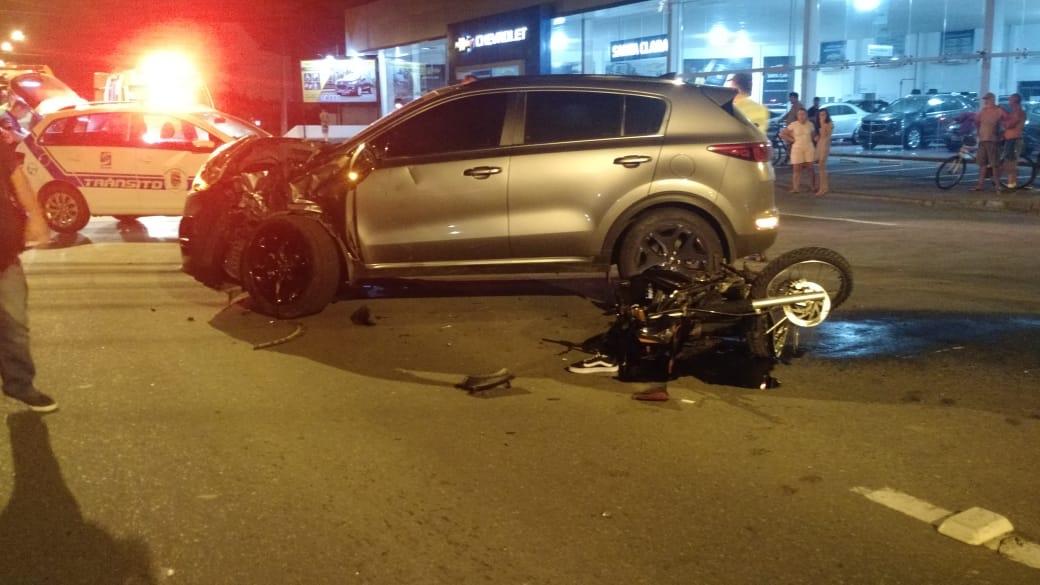 Acidente deixa motociclista e carona gravemente feridos, em Blumenau