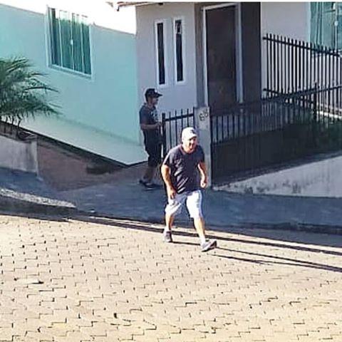 Bandidos invadem e fazem a limpa em casa do bairro Itoupava Central
