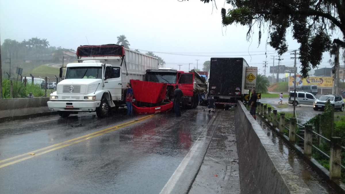 Acidente envolvendo moto e caminhões e deixa duas pessoas feridas na BR-470