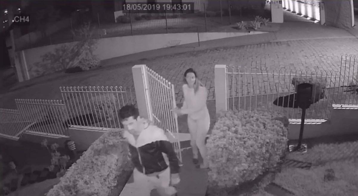 Imagens mostram que homem e mulher invadiram casa no bairro Vila Nova