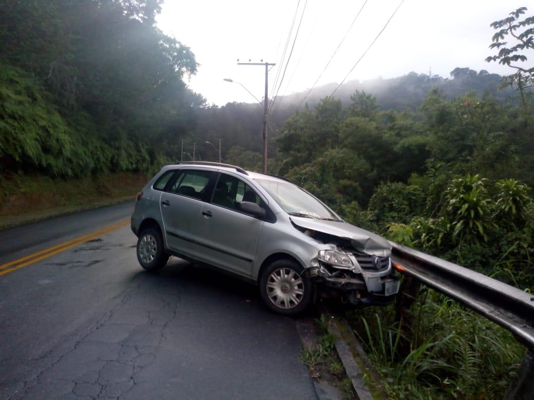 Motorista embriagado perde o controle e bate contra guard rail no bairro Progresso