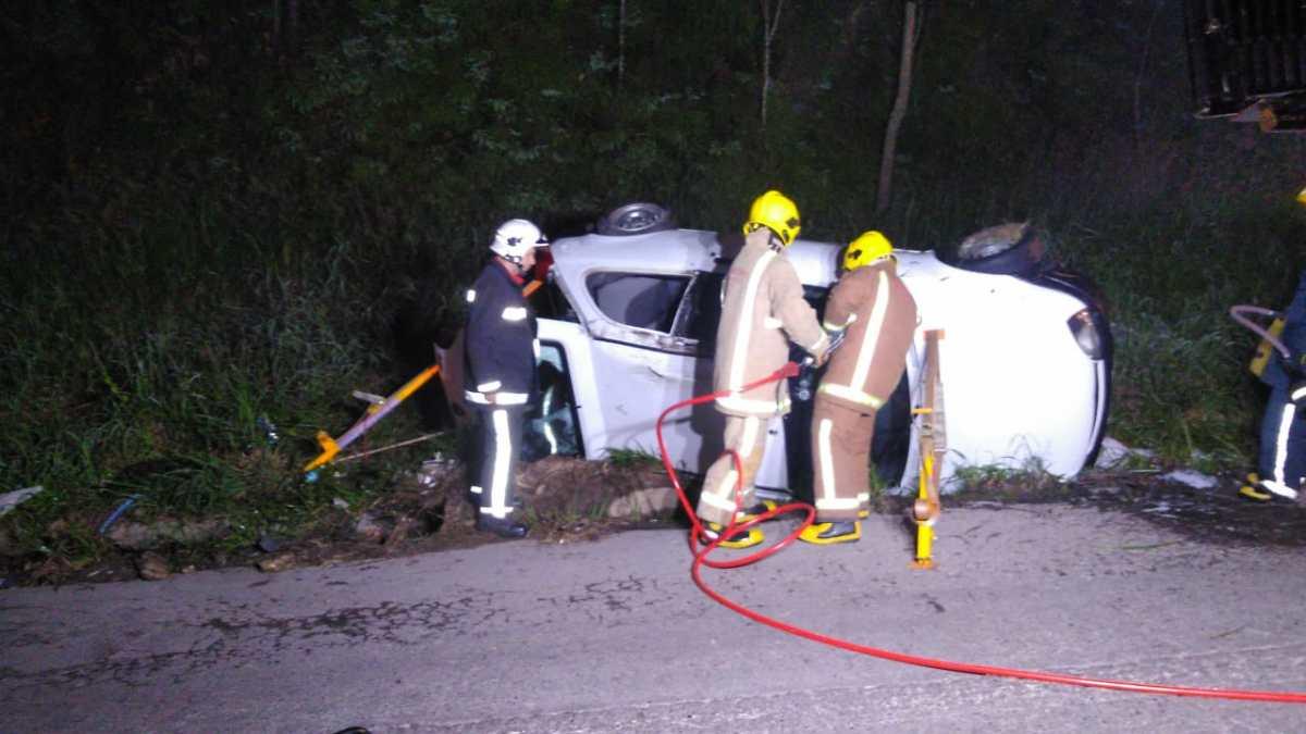 Ocupantes ficam presos às ferragens após carro tombar na BR-470, em Ibirama
