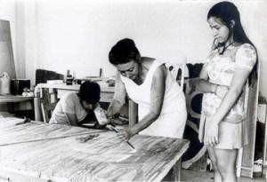Η Βάσω Κατράκη σε ώρα δουλειάς με τα παιδιά της Μαριάννα και Σπύρο