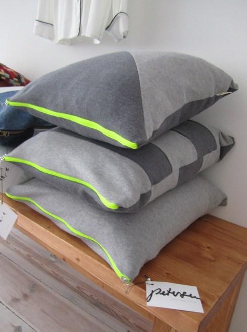 Kissen aus grauem Sweatshirtstoff mit Neonreißverschluß von Petersen