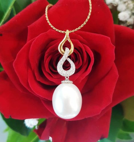 18ct Yellow Gold South Sea Pearl Diamond Twist Pendant on Gold Chain