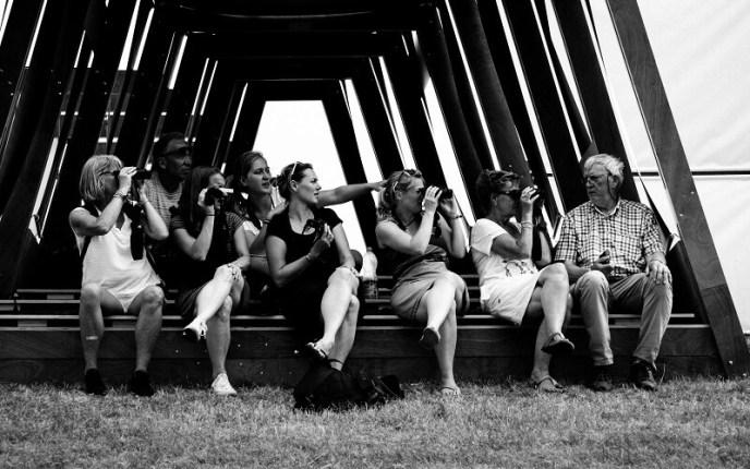 Een groep Oerolgangers bij de installatie van SPOT tijdens Oerol 2017.