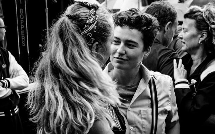 Dansend stel kijkt elkaar verliefd aan tijdens Rock & Roll Street Terschelling 2017.