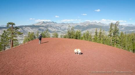 """Shuwen und Toni und der Ausblick vom nördlichen der beiden """"Red Cones"""" nahe Mammoth Lakes, Mono County, Kalifornien. September 2016."""