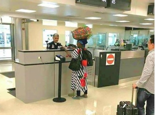 5a0be1e02bbb9 - Lol...African mom spotted carrying 'Ghana Must Go' bag on her head after landing in US (Photo)