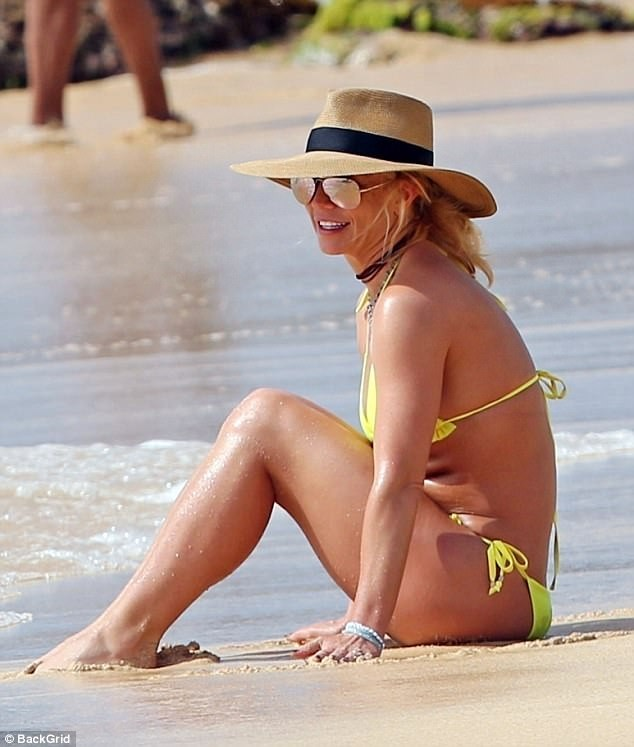 5a57e60f65c71 - Britney Spears, 36, sparks engagement rumors with boyfriend Sam Asghari, 23, as she flashes a new diamond ring at the beach