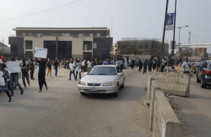Photos:?Police stops protesters?from entering Lekki Phase1