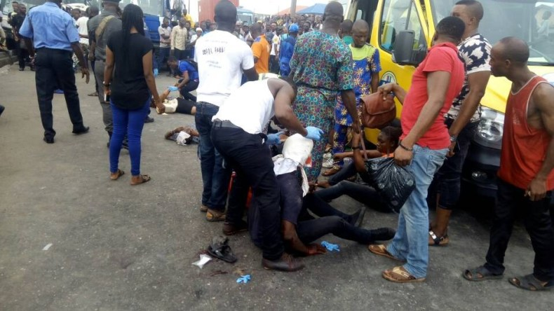 Graphic Photos: Three dead, many injured as overhead road sign falls on moving commercial vehicle along Apapa-Oshodi Expressway