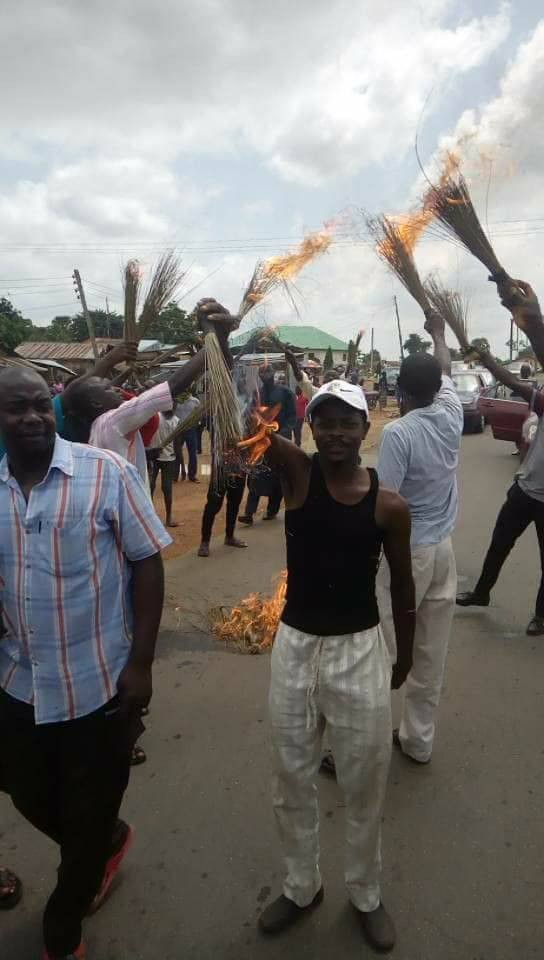 Photos: Angry APC members set fire on their brooms in Kaduna