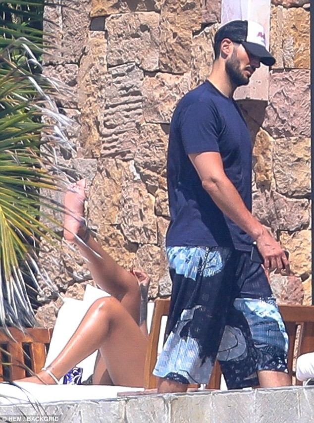 Rihanna pictured having?a very tense exchange with ex-Billionaire boyfriend Hassan Jameel while vacationing in Mexico (Photos)