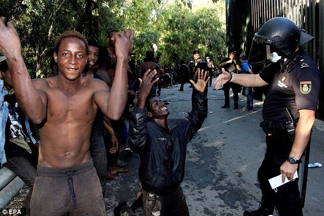 Hundreds of African migrants celebrate as they enter Spain after forcing their way through the Border (photos)?