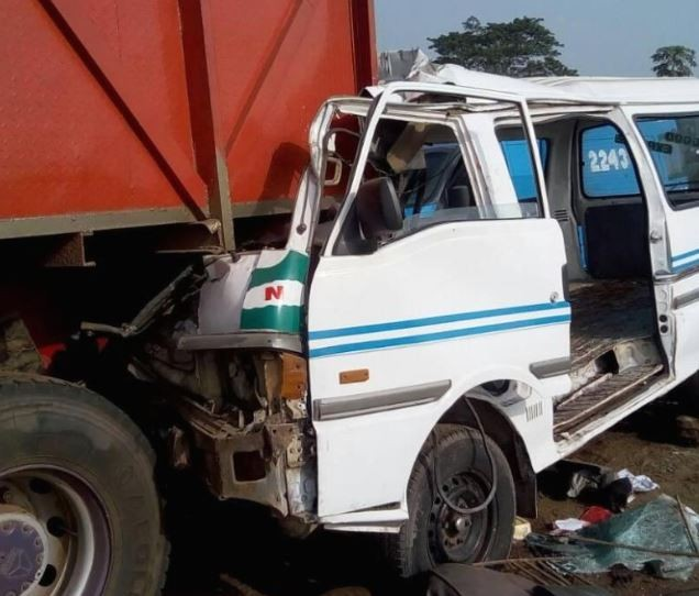 Commercial bus somersaults killing two people along Lagos-Ibadan expressway?