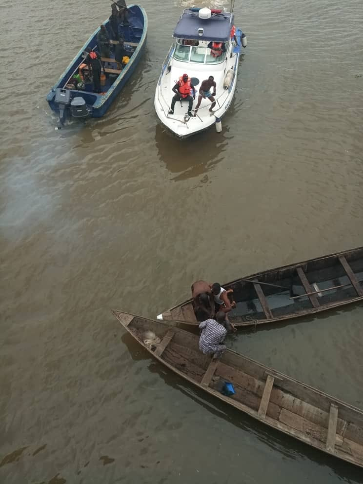 Man jumps off 3rd mainland bridge; lifeless body recovered (Photos)