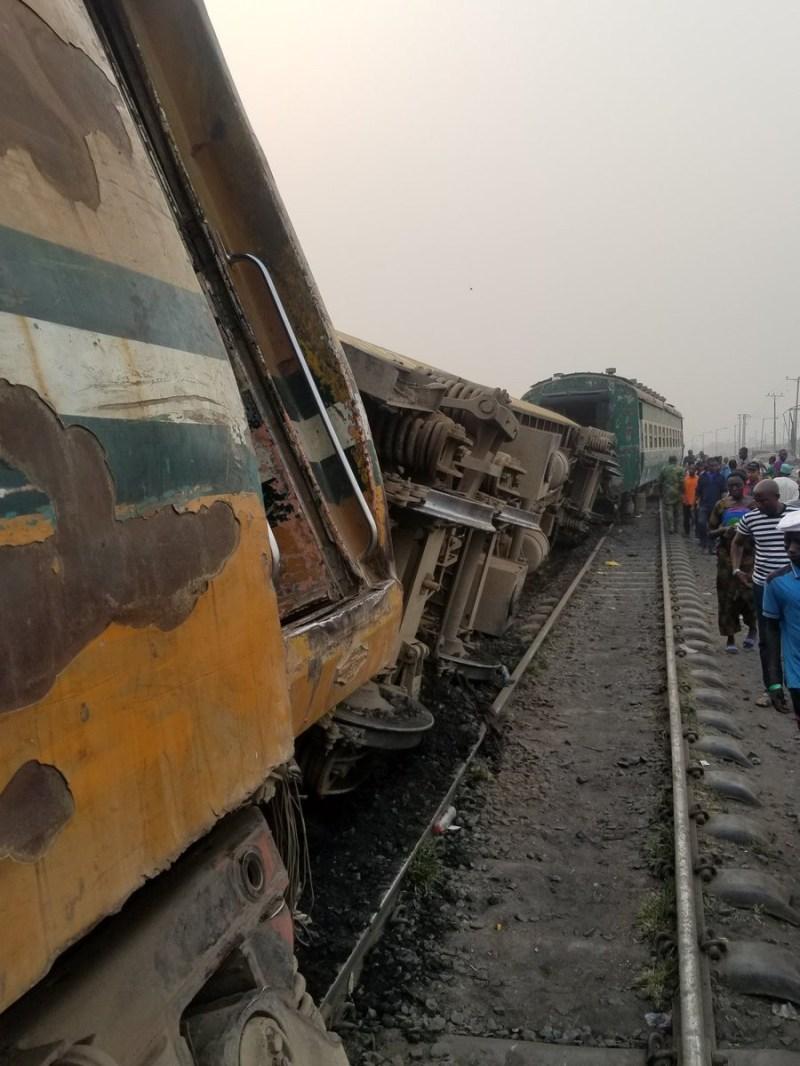 Photos:?Train derails during rush hour?traffic at Mangoro bus stop, Agege, Lagos