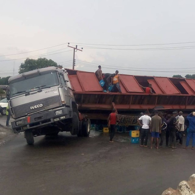 Residents treat themselves to free drinks as beer laden truck falls in Akwa Ibom (Photos)