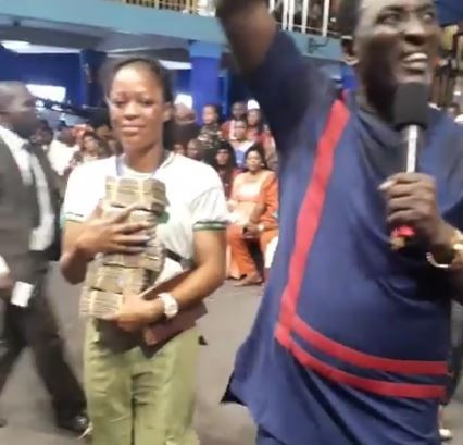 Video:?Stephanie the lady who filmed little Success who was sent home from school gets N2million cash from?Prophet Fufeyin?
