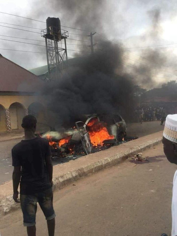 Photos: Residents burn suspected kidnapper to death in Kaduna community; stage protest over alleged killing of innocent man by a policeman