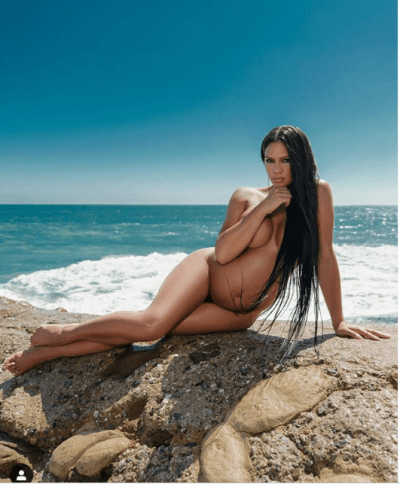 Pregnant Cassie poses completely naked
