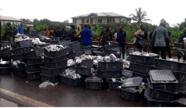 Money scattered after Bank of Ghana bullion van collided with a tanker (video)