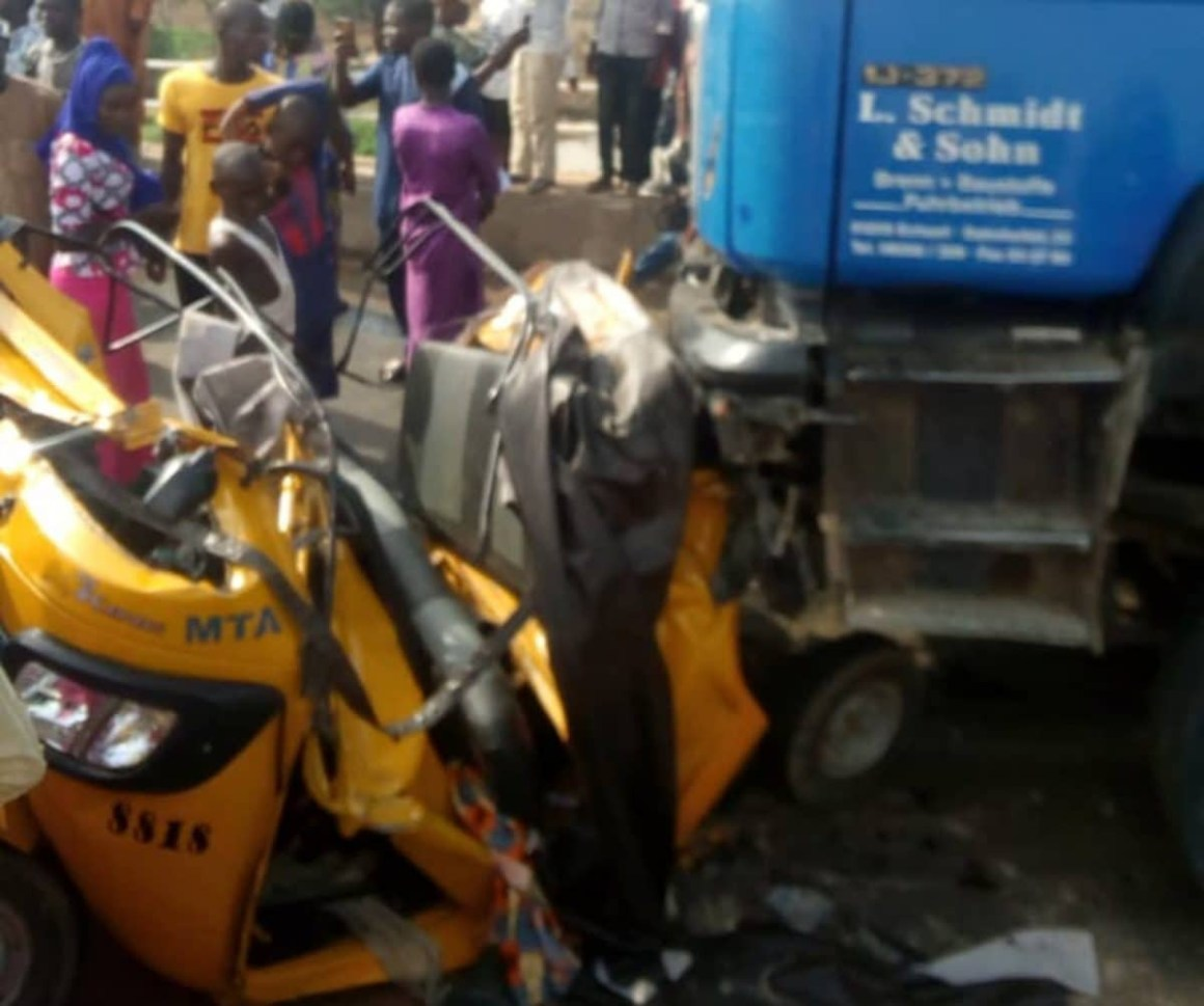 20 people crushed to death by trailer being chased by the police in Yola lindaikejisblog