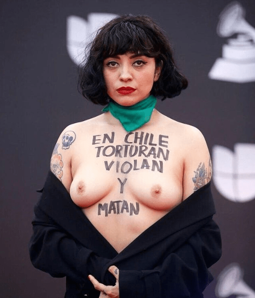 Chilean singer Mon Laferte shows her bare breasts as she goes topless on the Latin Grammys red carpet (+18 photos/video)