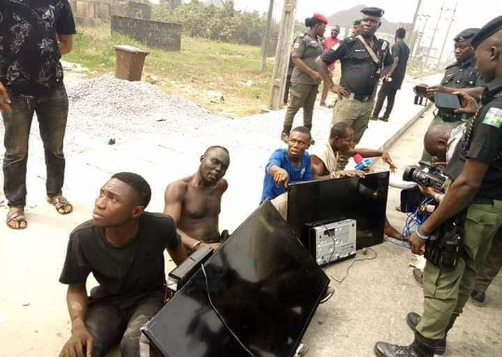 Update: Thugs nabbed with Plasma TV sets stolen from the home of outgoing Bayelsa Governor, Seriake Dickson (Photos)