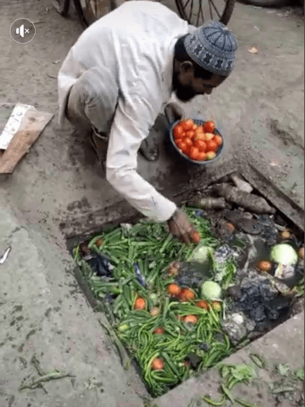 Vegetable seller seen picking his wares from a dirty drainage to sell to unsuspecting buyers (photos)