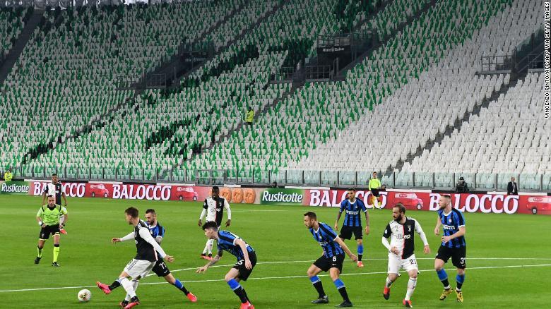 Cristiano Ronaldo jokingly applauds imaginary fans as Italian Serie A match is played in empty stadiums due to coronavirus (photos)