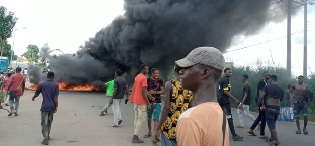 Anambra youths stage protest over alleged killing of 22-year-old man for flouting nationwide curfew. Police react (photos)