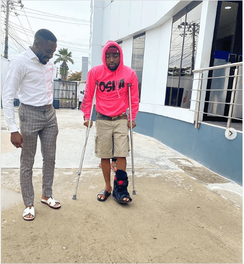 Davido fractures his leg, now using crutches ?(photos)