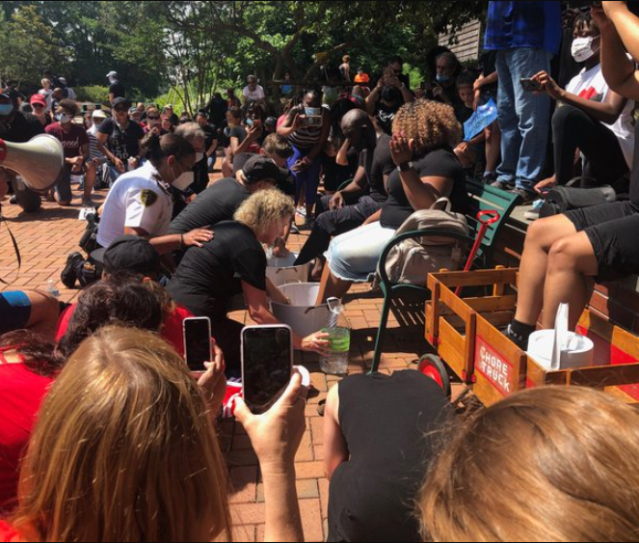 White cops and civilians kneel to wash the feet of Black protesters and beg for forgiveness for years of racism (video)